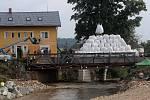 Unikátní destruktivní zkouška ČVUT Praha. Ke zklamání vědců most zátěž 455 t vydržel.