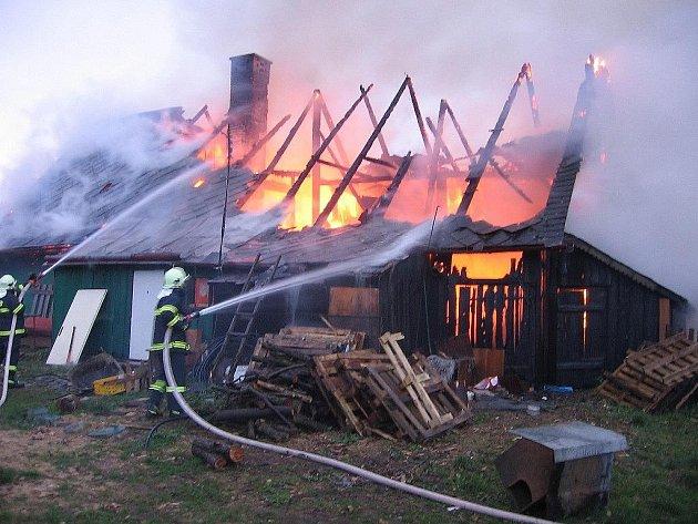 Hasiči likvidují požár domku v Domašově