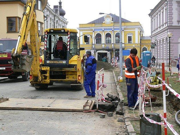 V ulici 17. listopadu zatím pracují plynaři a vodaři, výsadba nové aleje je naplánována na další týdny