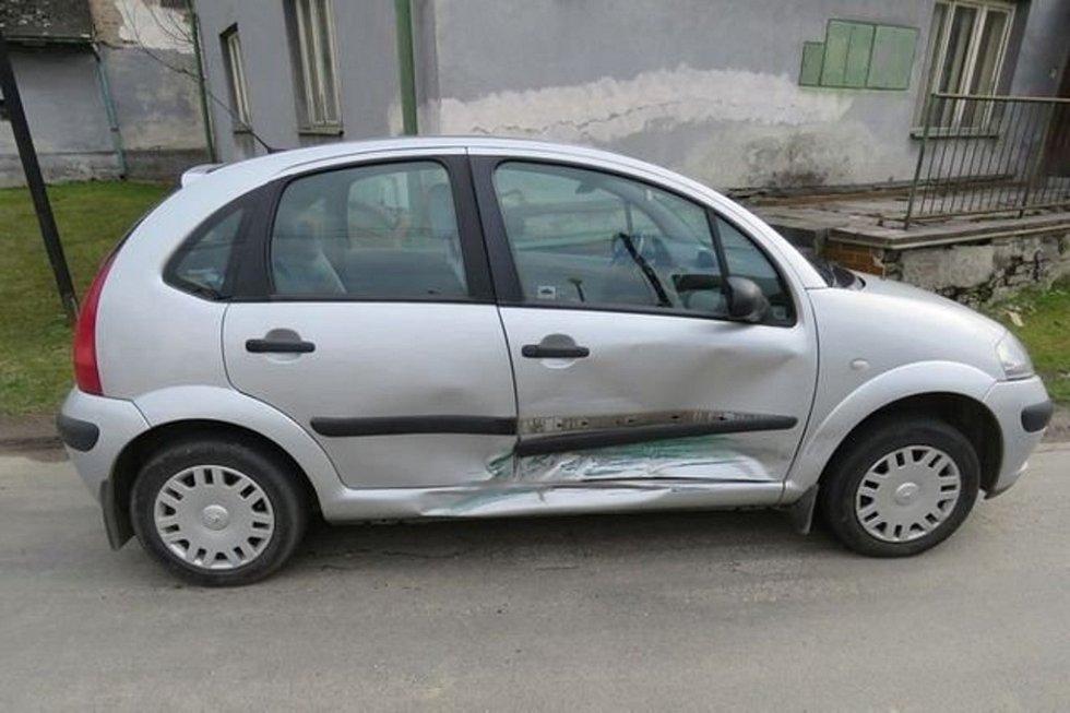 Mladá řidička seatu nabourala ve středu na křižovatce v Třeštině do citroënu, který projížděl po hlavní silnici. Měla pozitivní test na marihuanu a pervitin.