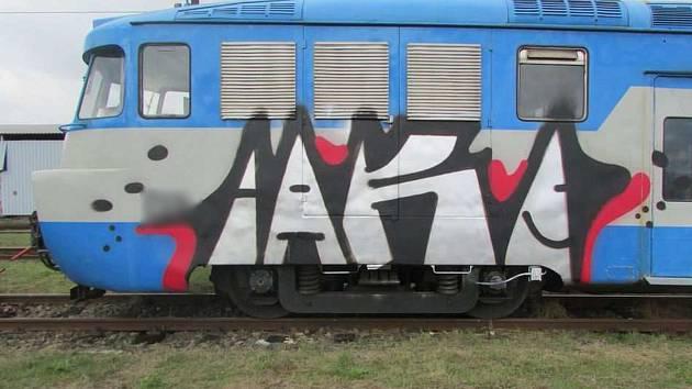 Posprejovaná lokomotiva.