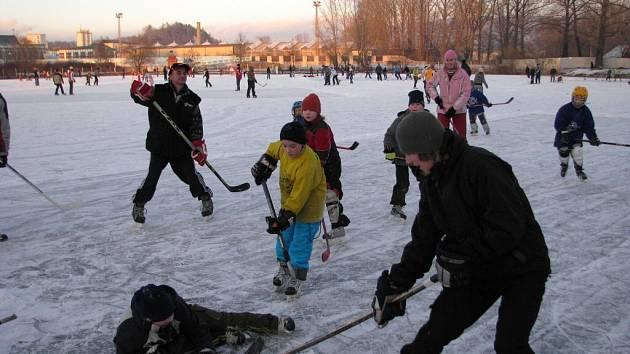 Na zamrzlé hladině vodní nádrže Šenkes se proháněli zkušení bruslaři i ti, kteří to zkoušeli vůbec poprvé.