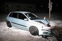 Fiat po nárazu do sloupu veřejného osvětlení
