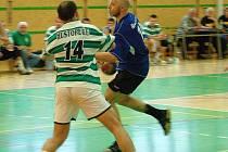 Snímek z prvního barážového utkání Šumperku s Hustopečemi (v modrém Petr Dopita)