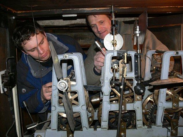 Jiří Valenta a Vladimír Jelínek (zleva) kontrolují mechanismus hodin