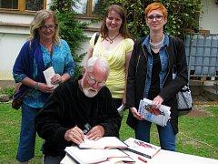 Autor mnoha světových bestsellerů Robert Fulghum přijel do Šumperka představit svou novou knihu Poprask v sýrové uličce. Ochotně se fotil a podepisoval svým fanouškům.