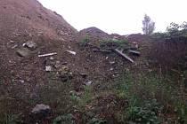 Podnět, zda obec Nový Malín neukládala načerno stavební odpad na budovanou polní cestu a na pozemek v bývalé pískovně, nyní prověřuje Česká inspekce životního prostředí.