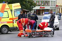 Záchranáři ošetřují ženu, kterou přejelo auto
