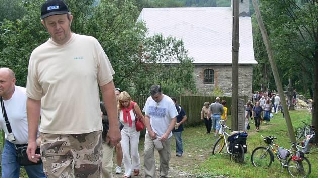Do Pekařova se o víkendu sjely stovky poutníků.