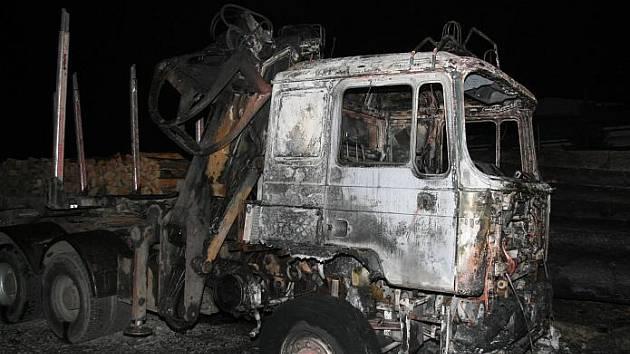 Škoda za jeden milion korun vznikla kvůli úmyslně založenému požáru na nákladním voze MAN ve Štítech