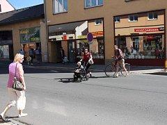 Na místě zrušeného přechodu u knihkupectví Patka v Zábřehu přechází silnici mnoho lidí.