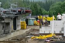 Na dolní stanici lanovky v Přemyslově už vyrůstá nový zděný objekt.