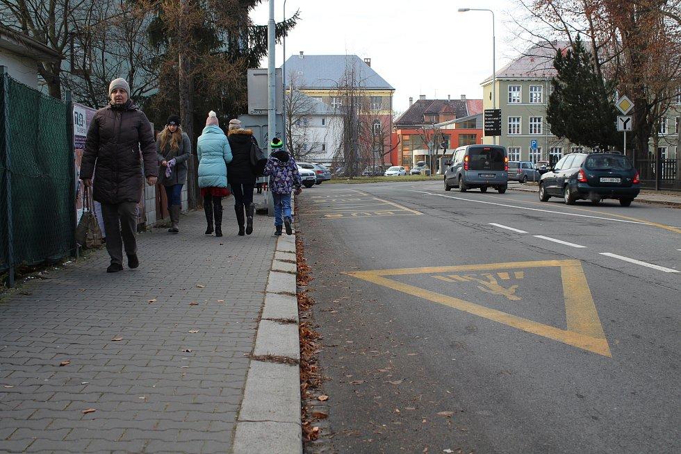 Na ulici Jeremenkova budou lidé vystupovat z autobusů.
