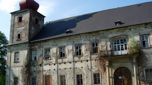 Chátrající zámek v Loučné nad Desnou