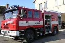 Velitel hasičů Roman Michalka (na snímku) právě testuje nové hasičské auto, kterým se nemohou chlubit ani profesionálové v Jeseníku