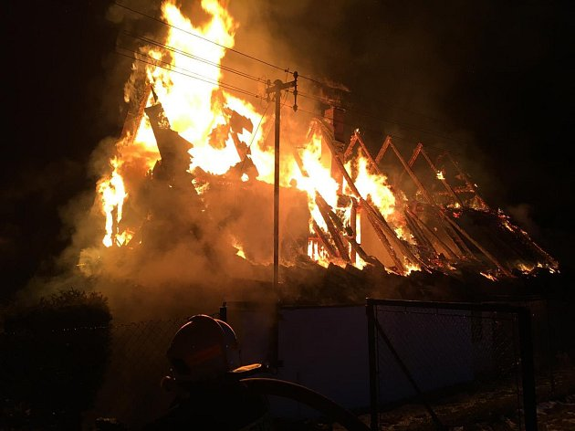 Požár zničil v neděli 11. prosince večer střechu domu v Hanušovicích, který jeho majitel využíval jako chatu.