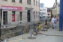 Kvůli výkopům je nyní neprůjezdná například Žižkova ulice od staré pošty na horní náměstí.
