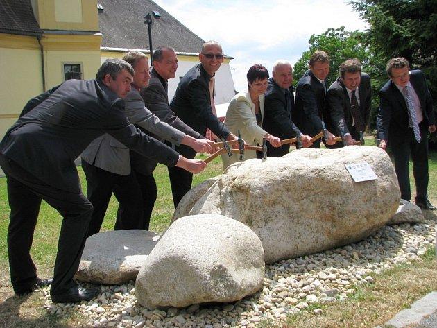 Slavnostním poklepáním na pětici základních kamenů před radnicí v Zábřehu, které symbolizují pět měst zapojených do projektu, odstartovala v pondělí 23. června stavba kanalizace za více než jednu a půl miliardy.