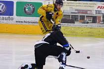Hokejová příprava: Draci versus Havířov (černé dresy).