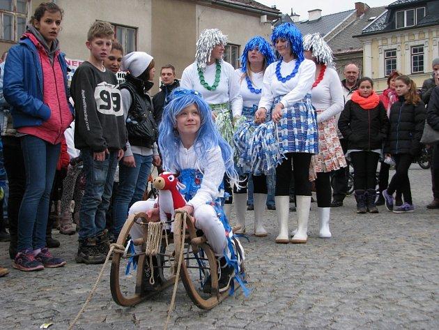 Recesistický závod v Zábřehu jako součást festivalu cestovatelů, dobrodruhů a recesistů Welzlování.