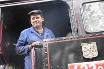 Aleš Filip jezdí s parní lokomotivou.