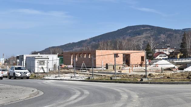 Výstavba čerpací stanice na místě někdejší nafukovací haly v zóně Za Podjezdem v Jeseníku, přelom března a dubna 2021.