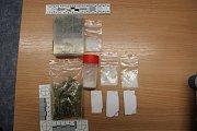 Materiál, který našli u motorkáře, jenž v Mohelnici najel do policistky