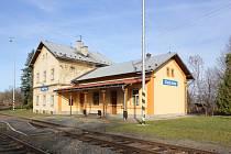 Budova nádraží ve Zlatých Horách. Patří k nemovitostem, které České dráhy nabízí k prodeji.