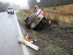 S autem převráceným na bok skončila v neděli 10. dubna svou jízdu řidička Škody Octavie, která projížděla mezi Lipovou-lázněmi a Ramzovou. Na vině byla zřejmě vysoká rychlost