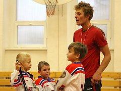 Radomír Čížek s malými hokejisty