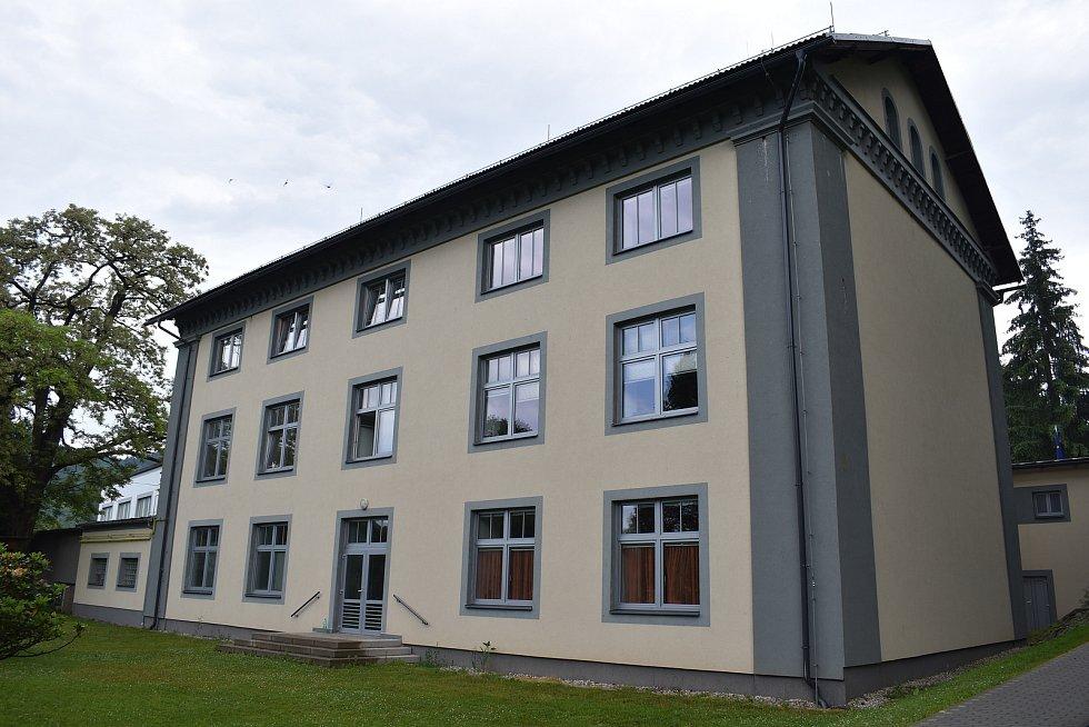 Bývalá škola v Sobotíně, kde byla zabita řeholnice Maria Paschalis Jahn, dnes slouží jako obecní úřad.