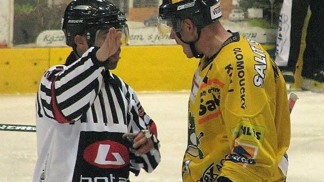 Jirka Hašek diskutuje s rozhodčím během utkání s Chrudimí, za okamžik dostane desetiminutový trest