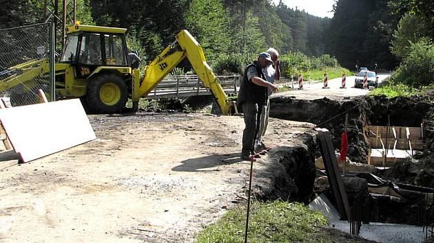 Ředitelství silnic a dálnic letos zahájilo opravy zničených mostů na páteřní komunikaci vedoucí k přechodům. Jeden z nich je i na Pomezí.