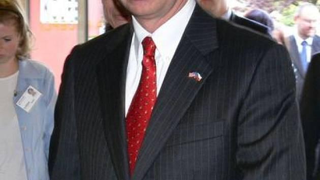 Americký velvyslanec Richard W. Graber si prohlédl jednotlivá oddělení Šumperské nemocnice.