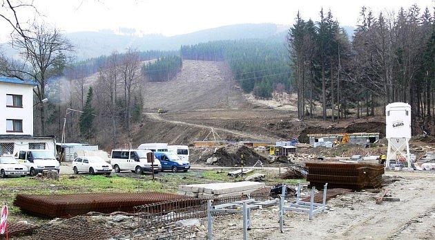 VKoutech vyrůstá obří lyžařský areál, snímky jsou zúterý 20.dubna