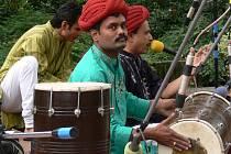 Doprovodná kapela indických tanečníků se neobejde bez bubnů.