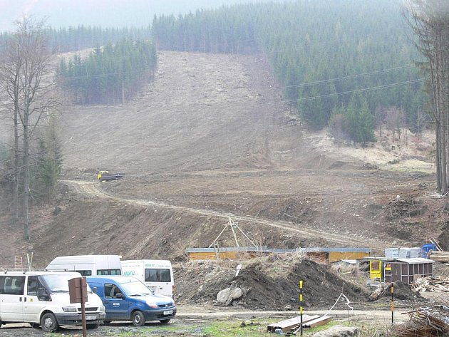 V Koutech vyrůstá obří lyžařský areál, snímky jsou z úterý 20. dubna