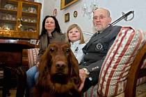 Rodina Mornstein-Zierotin se na bludovském zámku cíjí jako doma. Na snímku: Karel Mornstein-Zierotin, Karla Mornstein-Zierotin, Zdeněk Karel Mornstein-Zierotin (Oneš).