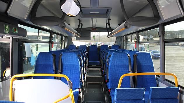 Nové autobusy vozí cestující na Jesenicku. Snímek z předání autobusů v Šumperku.