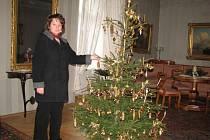 Kastelánka šla příkladem. Po večerech doma uháčkovala ozdoby na vánoční stromek.