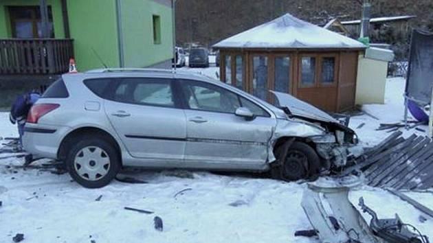 Novoroční nehoda v Koutech nad Desnou si vyžádala zásah hasičů a plynařů