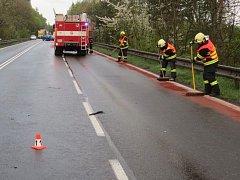 Hasiči odklízejí následky hromadné nehody u Mohelnice