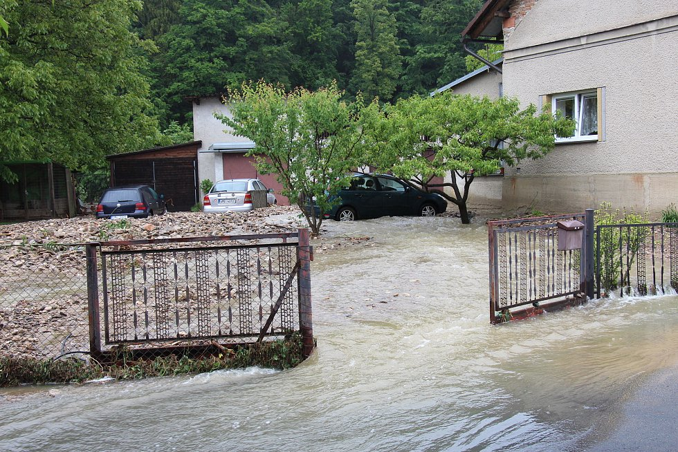 Následky bleskové povodně v Oskavě v pondělí 8. června 2020.