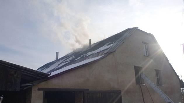 Požár střechy rodinného domu ve Velkých Losinách zaměstnal na Nový rok hasiče.