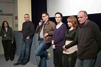 Tvůrčí delegace filmu v kině Retro v Zábřehu. Scénárista Jan Urban uprostřed s mikrofonem.