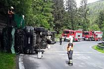 Nehoda vozu převážejícího kulatinu u Skřítku.