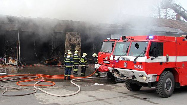 Požár autodílny a stolárny v průmyslovém areálu ve Vikýřovicích