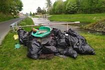 Vodáci se dali do čištění řeky Bělé. Nestačili se divit, co všechno jsou lidé schopni vyhodit v přírodě.