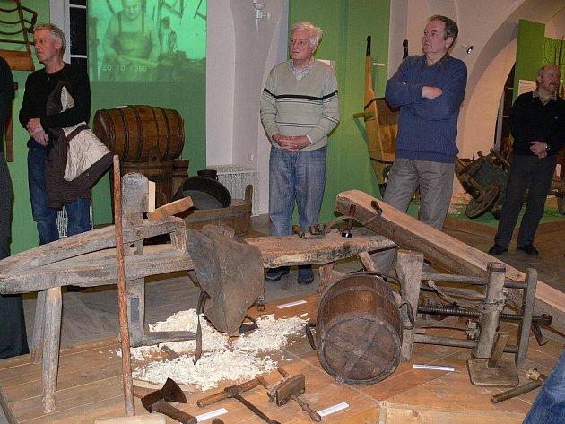 Nástroje a výrobky řemeslníků, kteří pracovali se dřevem, tvoří největší část výstavy