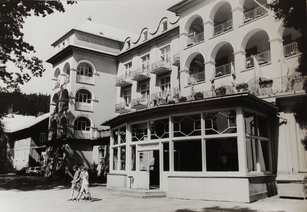 Průčelí Sanatoria Priessnitz na dobovém snímku.